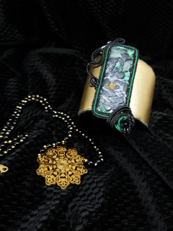 Solal Bijoux Haute Fantaisie bijou nomade avec cabochon rectangulaire Simona Rotaris noir et vert + collier de perles en onyx noir + manchette et machon réversible doré et noir