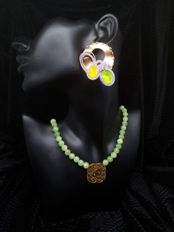 Solal Bijoux Haute Fantaisie Boucles d'oreilles or jaune vert et mauve avec collier en perles de jade vert