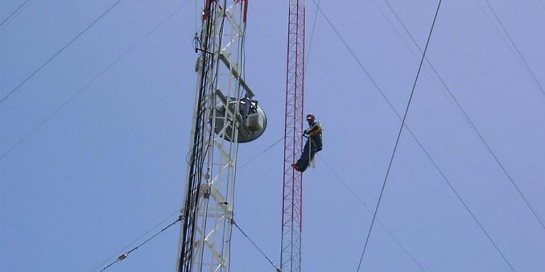 Trabajos verticales en una torreta de telecomunicación