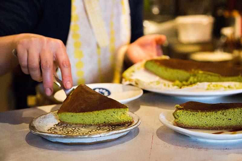 Tomoko prépare les parts du cake au thé vert et chocolat blanc-Solaneko-salon de thé à Toulouse ©louisderigon