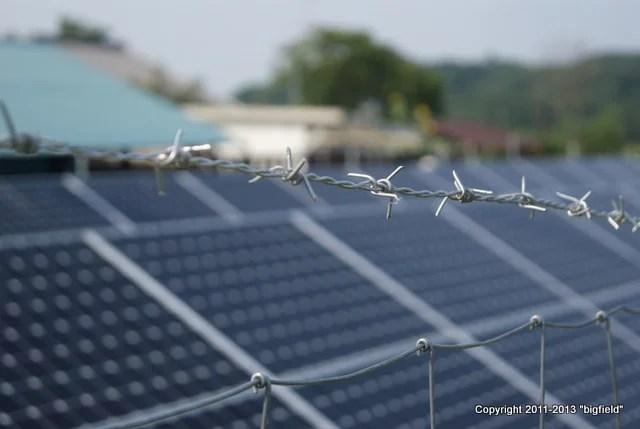 太陽光発電所の防犯フェンスに有刺鉄線