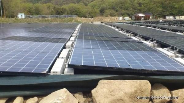 ほとんど間隔を空けない、敷き詰め型太陽光発電所