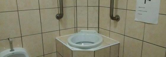 Il bagno pubblico con la toilette  Leggoit  Solatube
