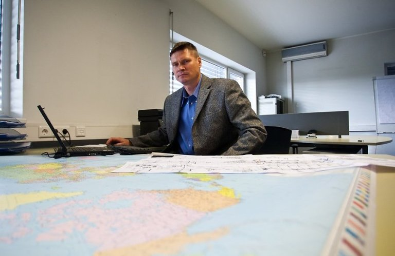 РУководитель ЧОК Aburgus (Эстония) бывший сотрудник разведки Эстонии Рене Тоомсе. Был командиром подразделения в Афганистане в рамках миссии ESTHUMINT-2. Начинал судя по всему в МВД КАПО.
