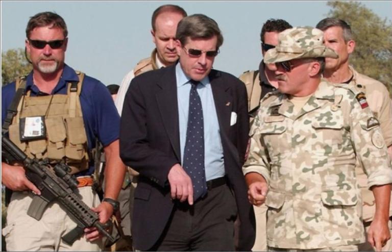 Глава американской администрации в Ираке Пол Бремер и его охранники из Blackwater