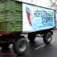"""Trecker-Konvoi für Demo """"Wir haben es satt"""" grüßt den Soldiner Kiez"""