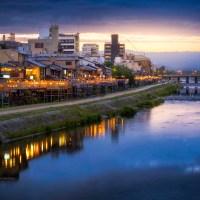 Kyoto, la Kamogawa , le cours d'eau le plus célèbre et le plus apprécié par les habitants..