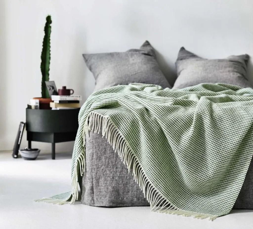 wolldecken punkt von roros tweed. Black Bedroom Furniture Sets. Home Design Ideas