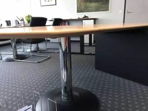 Blick unter den Cheftisch vor dem Umbau