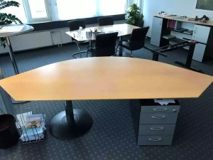 Chef Schreibtisch vor dem Umbau frontale Ansicht