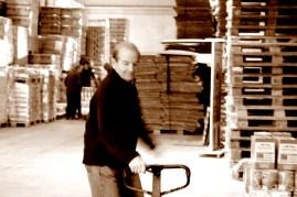 Un voluntario transporta un carro lleno de alimentos para su selección. MARTA LASA