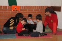 Con los perritos los niños aprenden a compartir objetos. En este caso todos comparten el peine para cepillar al perro. PAULA PARCHA