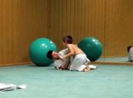 Arantza, la profesora de judo, enseña a los peques que en judo está prohibido tocarse la cara y pegarse. Mario y Joel juegan entre ellos al principio de la clase siguiendo las normas de la profesora: solo se agarran por el cuerpo. PAULA PARCHA