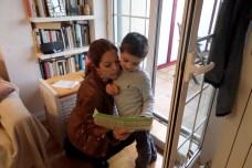 Amaya Áriz, mamá de Mario y presidenta de la Asociación Navarra de Autismo, con su hijo revisando la agenda del día a la hora de la merienda para ver qué actividad tiene hoy. PAULA PARCHA