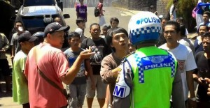 supir angkot lawan polisi