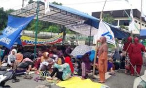 Buruh PT Nyonya Meneer Blokade Jalan dan Dirikan Tenda Demi Tuntut Gaji