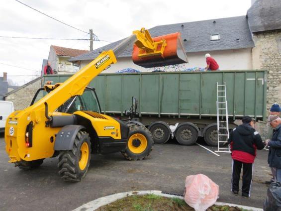 chargement de notre premier camion de bouchons en plastique