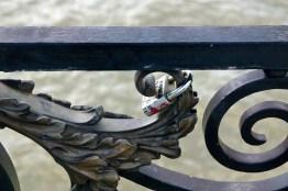 Je bezegelt namelijk je liefde door een hangslot aan een brugreling of een hek vast te maken.