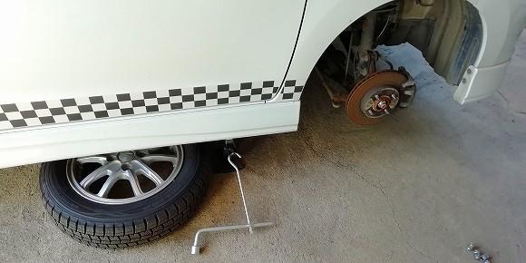 外したタイヤはボディの下に入れておきます。