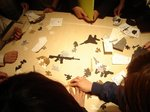 銃や手榴弾の形をした紙パズル