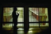 Prison guard carries a rifle any tmea guard enters 10 cell pod (Credits Santa Rosa Press Democrat / John Burgess)