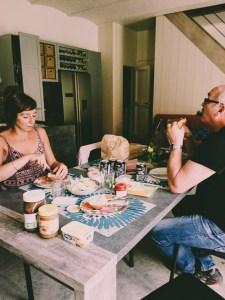 Met mijn ouders aan tafel.