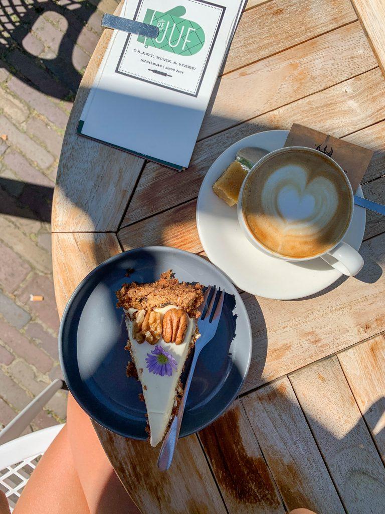 Wortelcake bij De Juf. Taarten en koffiebar.