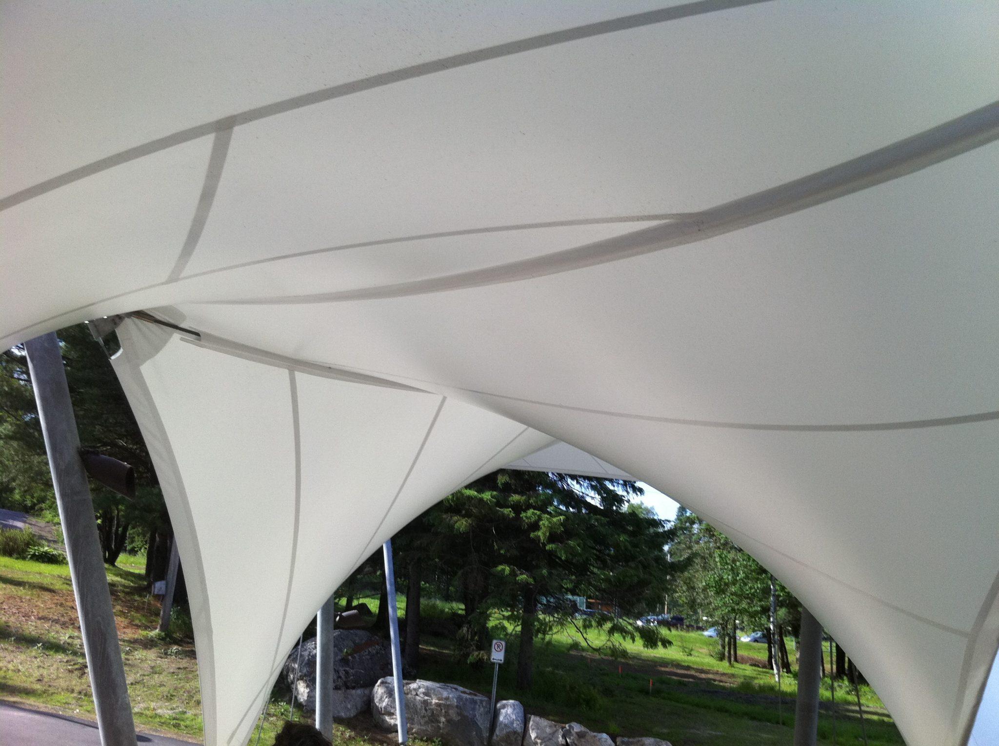 Marquise d'entrée en membrane tendue double courbure