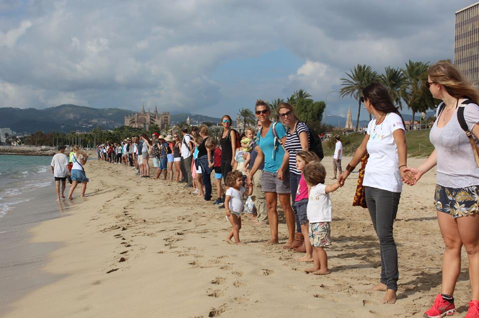 Line of people for a healthy Balearic Sea