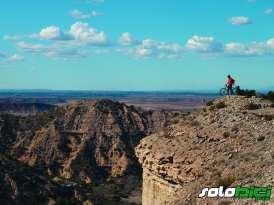 Un azaroso descenso nos lleva desde lo alto de la llanura monegrina hasta el filo de Peñaltar, mirador excepcional y remoto de la zona de Jubierre.