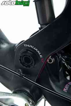 Una de las zonas del cuadro diferentes entre el modelo de carbono y el de aluminio es la correspondiente a la zona del anclaje inferior del amortiguador, muy robusta. El punto de giro principal cuenta con 17 mm de diámetro.