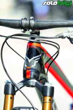 La pipa de dirección de la Edict Nine LTD es tapered, igual que en el resto de los modelos de carbono y en los de aluminio.