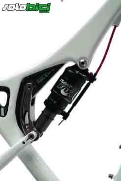 La bieleta del sistema es de reducidas dimensiones. El amortiguador posee mando desde el manillar que nos permitirá optar por la posición de abierto o de Propedal.