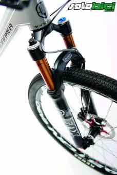 Nos gustó, como siempre, el exquisito tacto de una horquilla FOX con Kashima. Perfecta para esta bici, que adolece de cierta rigidez a menudo excesiva, una horquilla supersensible.