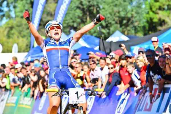Julie celebrando en meta el oro del Mundial de Sudáfrica.