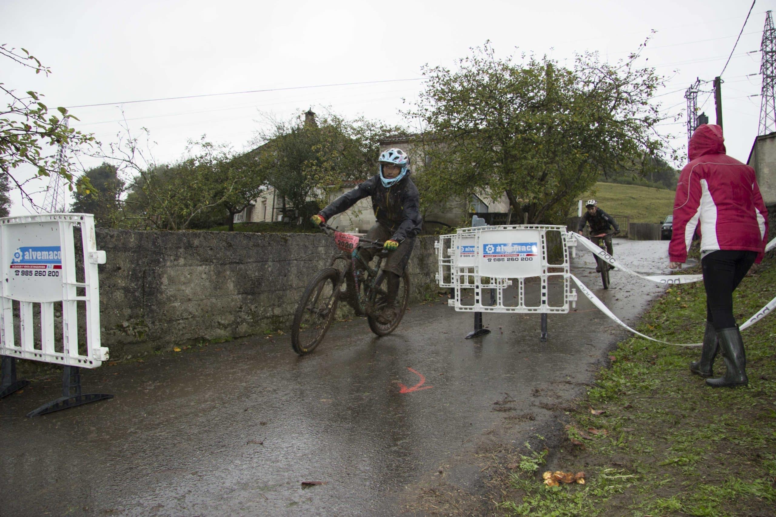 bicicletas-david-vencedores-en-enduro-2-afrontan-la-chicanne-de-meta-del-tc4