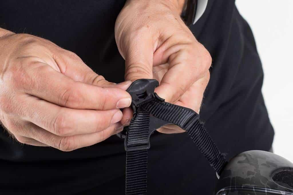 La unión de las correas de un mismo lado es otro punto en el que ajustar nuestro casco.