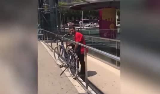 intentando robar una bici