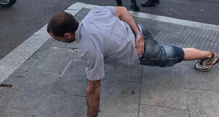ciclista hace flexiones