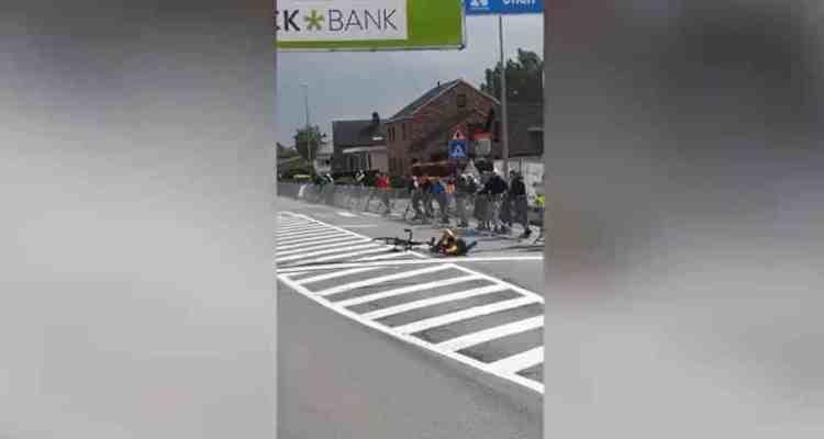 ciclista tumbado en la meta