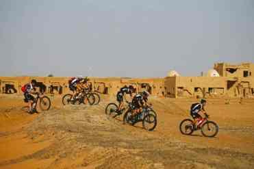 bikers en la Titan Desert