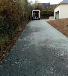 Le chemin d'accès voiture. Chemin d'accès en gravier permettant d'accéder à la maison.