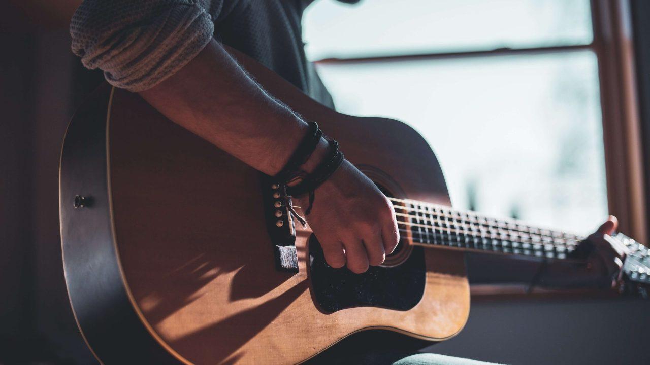 ギターを構える男性