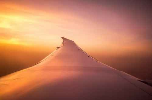 Flugzeug Flügel bei Sonnenuntergang