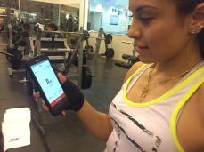 Paola Longoria usando la app de Wings For Life
