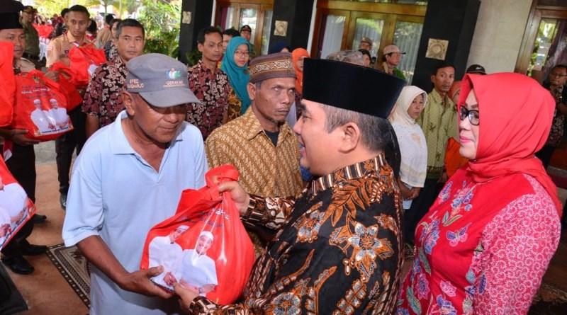 Bupati Sukoharjo Wardoyo Wijaya bagikan ribuan paket sambako.