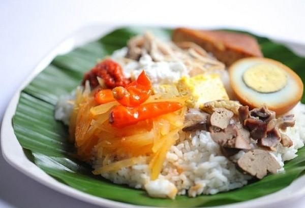 Nasi liwet adalah nasi gurih mirip nasi uduk, yang disajikan dengan sayur labu siam, suwiran ayam dan areh.
