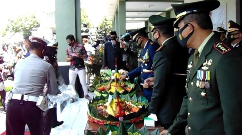 "HUT TNI, Polisi Beri Kejutan Kado ""Tumpeng"""