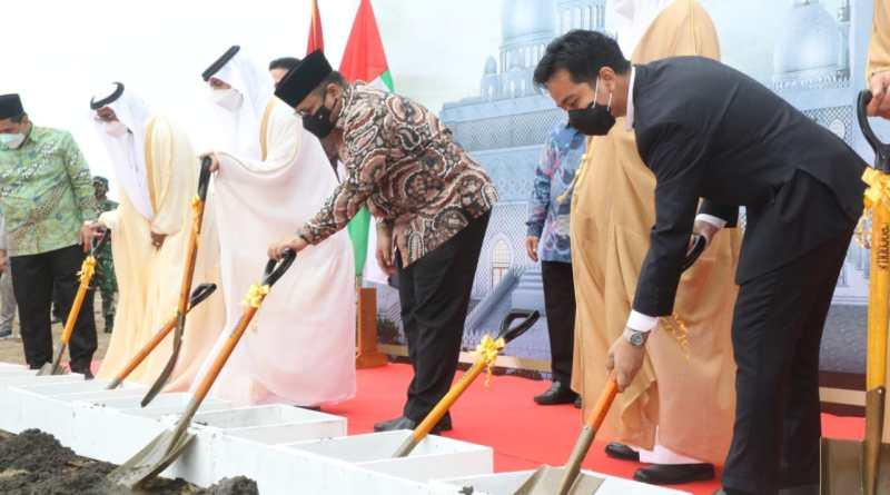 Gibran Rakabuming bersama sederet perwakilan dari Abu Dhabi dan para menteri melakukan peletakan batu pertama pembangunan Masjid Raya Sheikh Zayed Solo