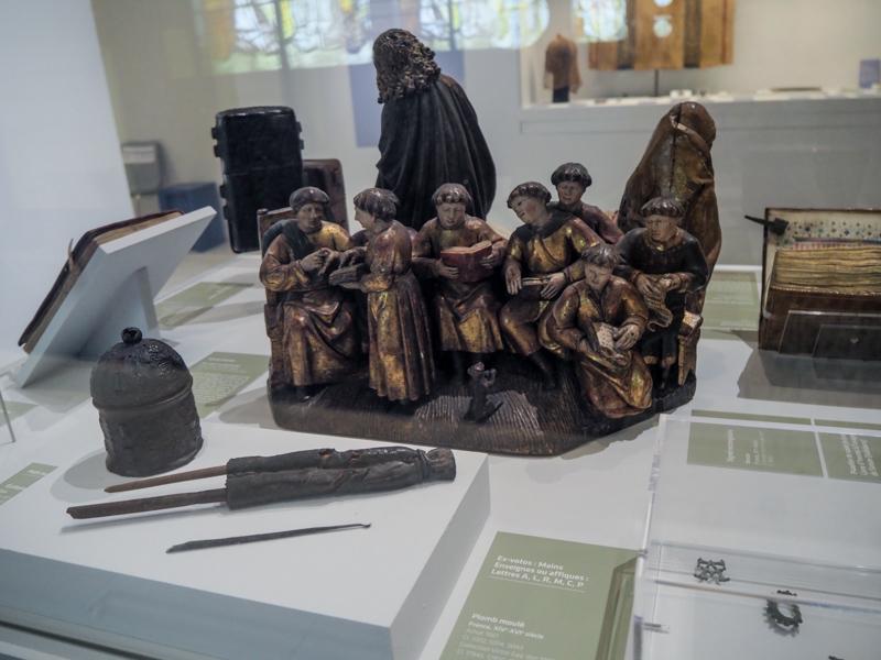 """Exposition """"Regards sur la vie quotidienne' du musée de Cluny - """"Scène d'école"""" datée du XVIe siècle"""